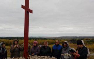 Освящение новосооруженного поклонного креста около дороги Сергач-Пильна
